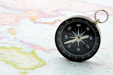世界地図の上の方位磁針