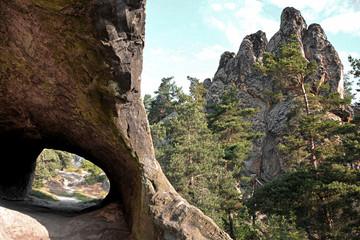 Wanderweg durch einen Felsen im Harz