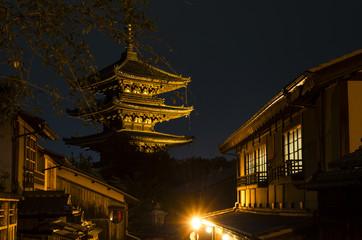 京都、八坂の塔と八坂道の町並み