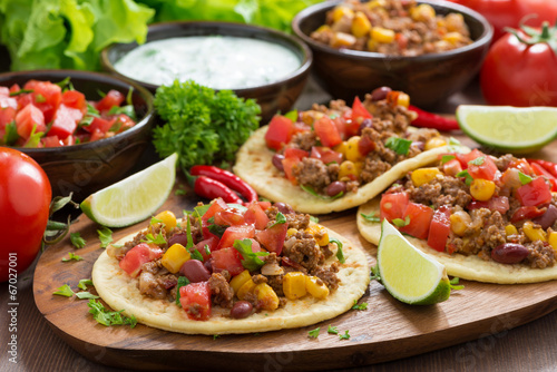 Valokuva Mexican cuisine - tortillas with chili con carne, tomato salsa