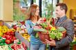 Paar im Supermarkt kauft Gemüse ein