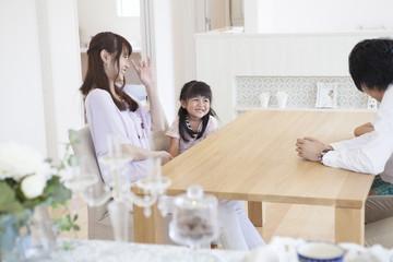 リビングに座る家族