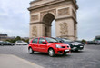 Autoverkehr am Triumphbogen in Paris, Frankreich