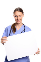 Arzt oder Krankenschwester hält ein weißes Plakat