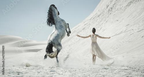 Zdjęcia na płótnie, fototapety na wymiar, obrazy na ścianę : Pretty lady with huge horse on the desert