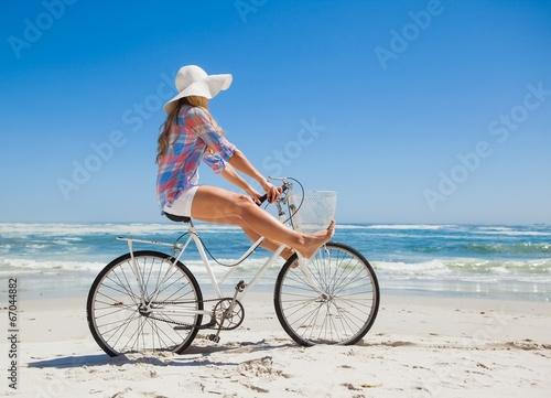 Plexiglas Wielersport Pretty carefree blonde on a bike ride at the beach