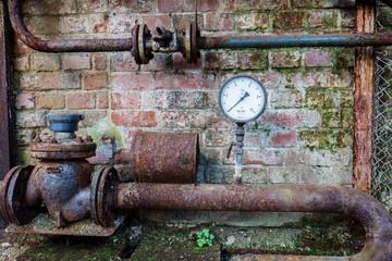 altes verrostetes Manometer mit Rohr DDR
