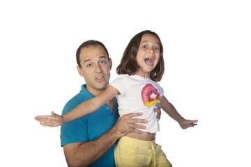 Padre e hija jugando a volar
