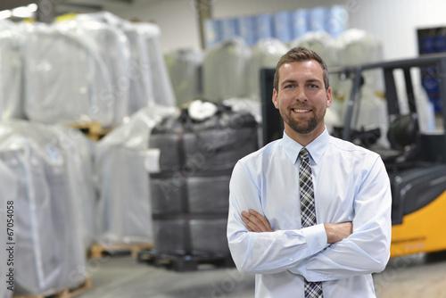 erfolgreicher Manager einer Logistikfirma im Warenlager - 67054058