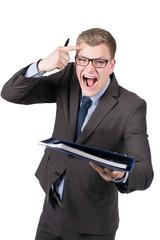 Wütender Mann überreicht Aktenordner
