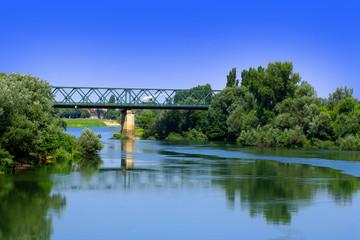 Landschaft mit Eisenbahnbrücke