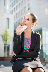 Business woman eating- break ´