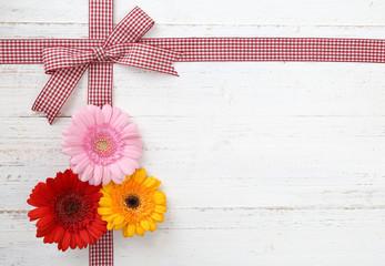 Schleife mit Blumen
