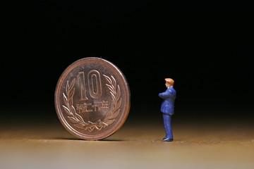 10円硬貨とビジネスマン