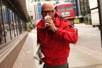 mit einer roten Jacke in London unterwegs