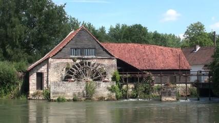 Vieux moulin à eau et sa roue à aubes à Maintenay (62)