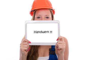 Junge Handwerkerin mit Tablet im Handwerk