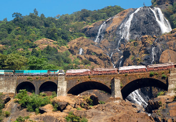 Dudhsagar Waterfall vand Railroad Bridge
