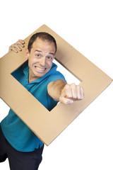 Hombre sacando el puño a través de un marco