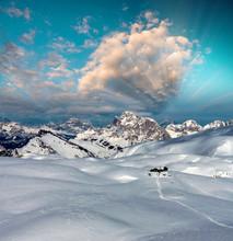 Snowy Mountains na zachód słońca zima