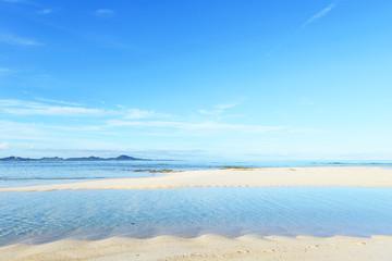 朝の穏やかな海とさわやかな空