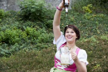 """Oktoberfest """"Flasche leer"""", Junge Frau beim Bier trinken"""