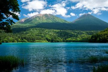 青いオンネトーと阿寒の山々