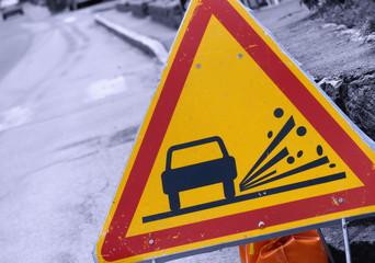 gravillons  sur la route,panneau de signalisation