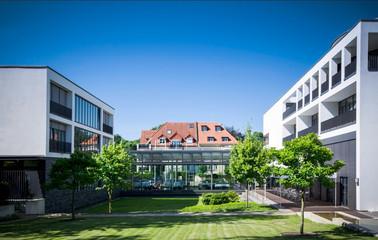 moderner Geschäftskomplex mit Park
