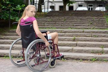 Frau mit Gehbehinderung vor Treppe als Hindernis