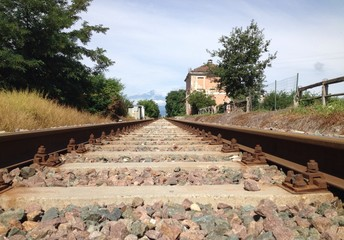 rotaie con vecchia stazione