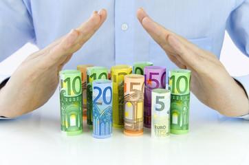 Männliche Hände schützen Euro-Geldscheine