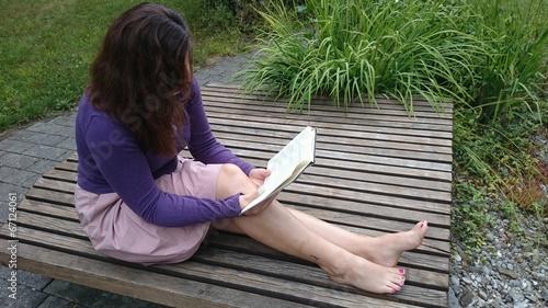 canvas print picture Junge Frau liest sitzend Buch
