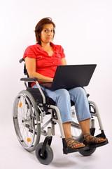 Frau im Rollstuhl mit Notebook