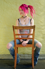 junge Frau auf einem Stuhl