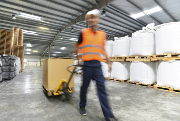 Arbeiter im Warenlager // Workers in logistics