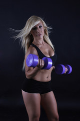 Mujer practicando pesas