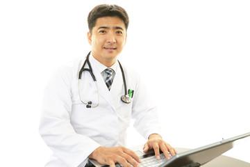 診療中の笑顔の医師