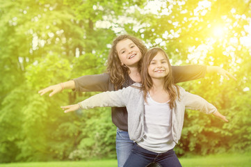 Zwei Mädchen im Sonnenlicht beim spielen