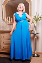 блондинка в синем