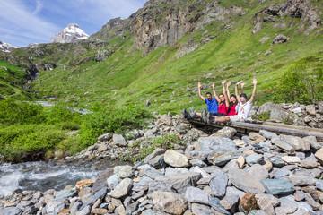 Ragazzi in montagna seduti su ponte