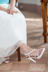 Sotto l'abito  da sposa sandalo  bianco calzato