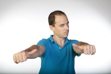Hombre con mirada fija levantando pulgares