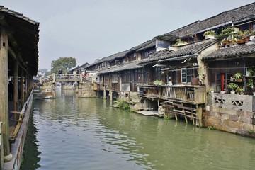 中国の川と民家