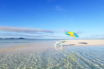 穏やかな海とパラソル