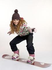 Joven mujer imitando un descenso de  snowboard