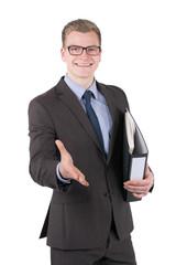 Junger Mann mit Aktenordner reicht die Hand