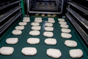 fase preparazione  panetti con macchinario industriale