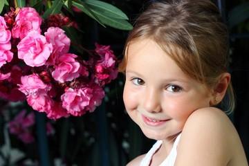 Bambina sorridente  in giardino