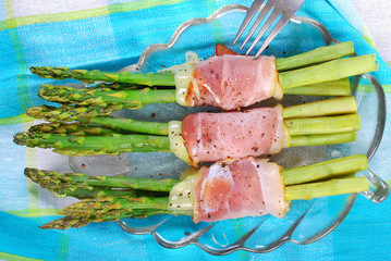 green asparagus with ham and mozzarella